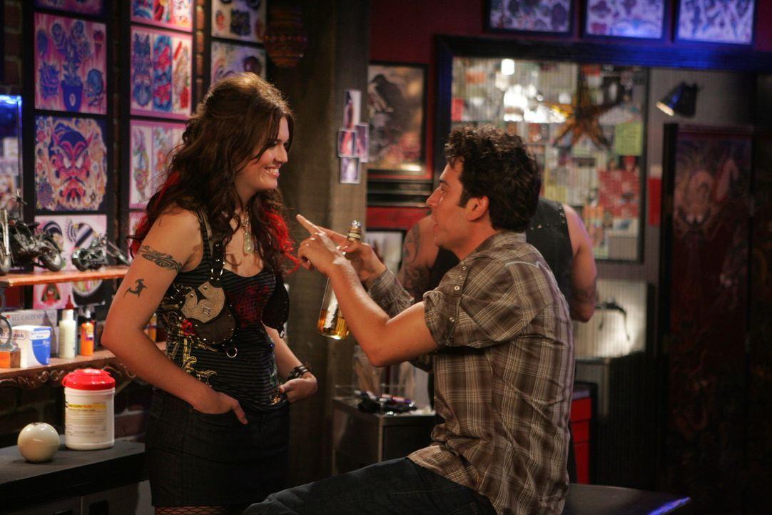 Als plötzlich Robin mit einem neuen Freund auftaucht, fühlt sich Ted (Josh Radnor, r.) als Verlierer der Trennung und macht sich deshalb auf die S... - Bildquelle: 20th Century Fox International Television