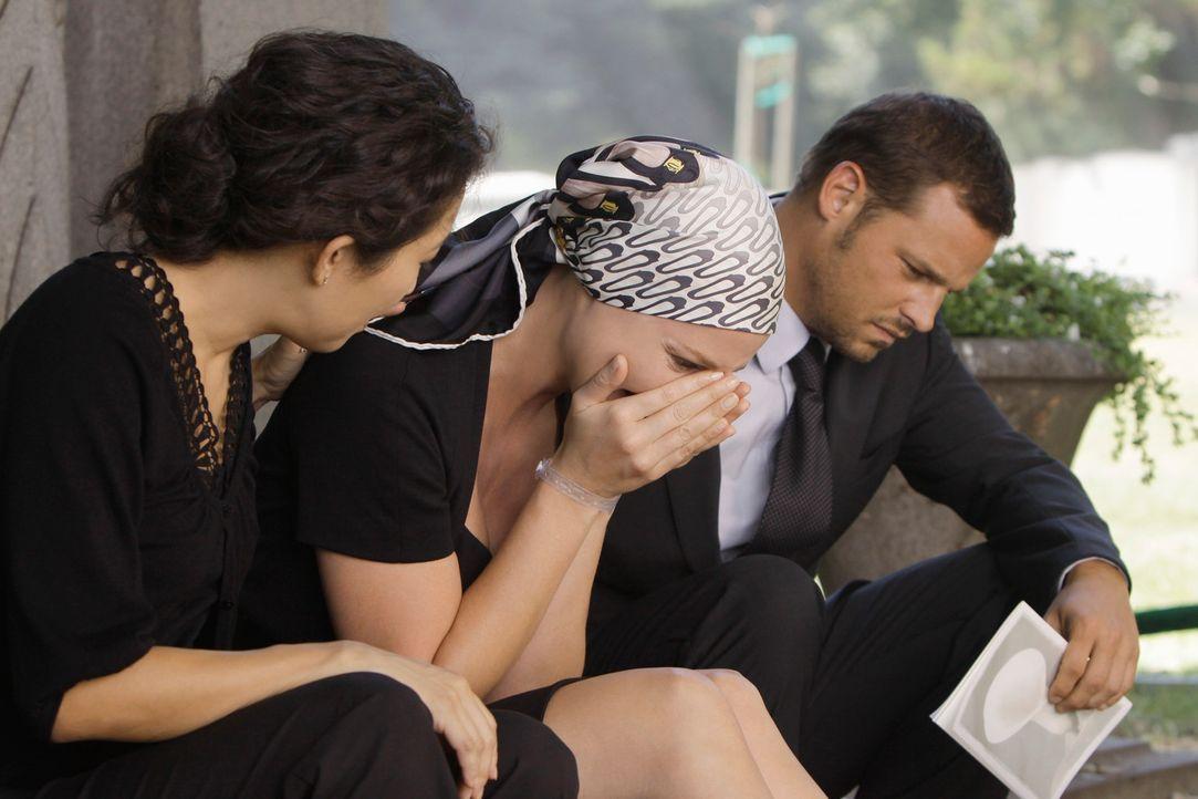 Für Cristina (Sandra Oh, l.) Izzie (Katherine Heigl, M.) und Alex (Justin Chambers, r.) ist der Tod von George unfassbar und hinterlässt eine große... - Bildquelle: Touchstone Television