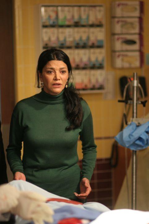 Riza (Shohreh Aghdashloo) ist fassungslos, als sie erfährt, dass ihr Tochter nicht gerettet werden konnte ... - Bildquelle: Warner Bros. Television