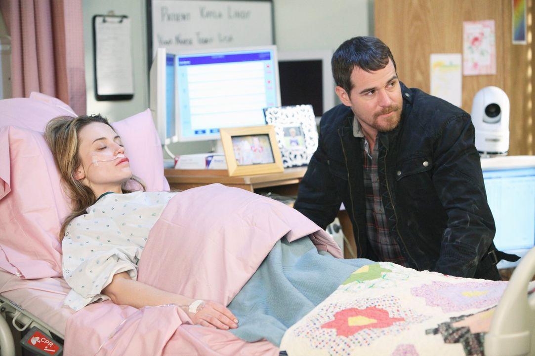 Eddie (Derek Phillips, r.) hat Dr. Ginsberg, eine Neurologin, kommen  lassen, damit sie versucht, seine Frau Kayla (Monica Keena, l.) aus dem Koma z... - Bildquelle: ABC Studios