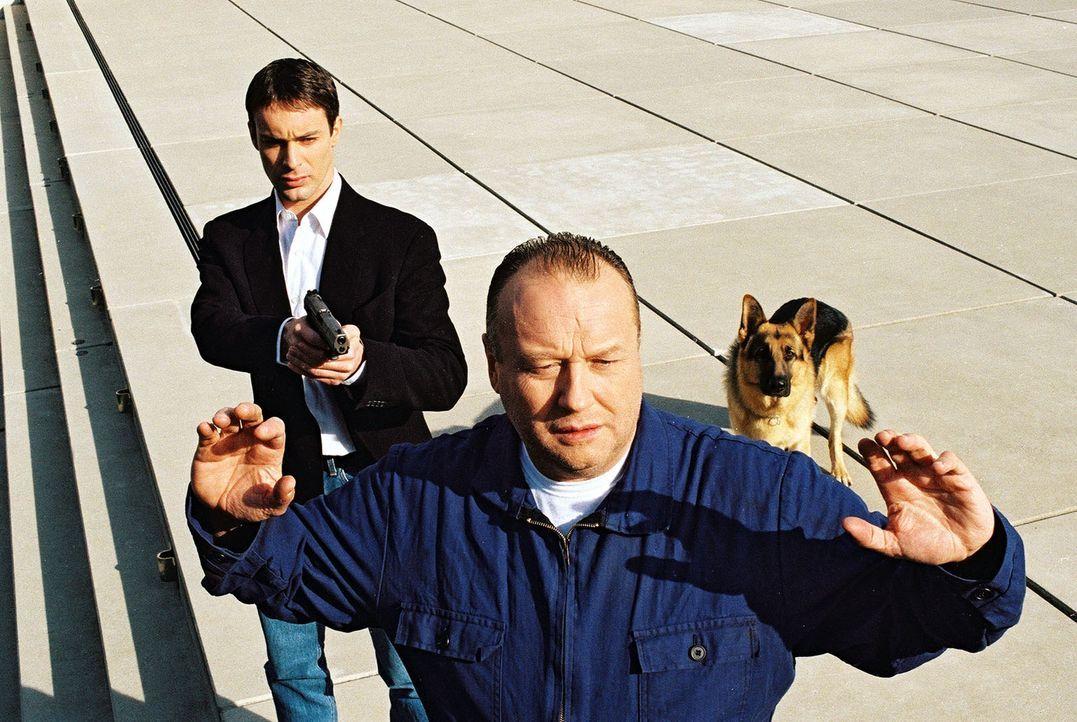 Kommissar Brandtner (Gedeon Burkhard, l.) und Rex haben den Verdächtigen Gerhard Frank (Thomas Thieme, r.) gestellt. Was hat er mit dem Giftgas-Att... - Bildquelle: Sat.1
