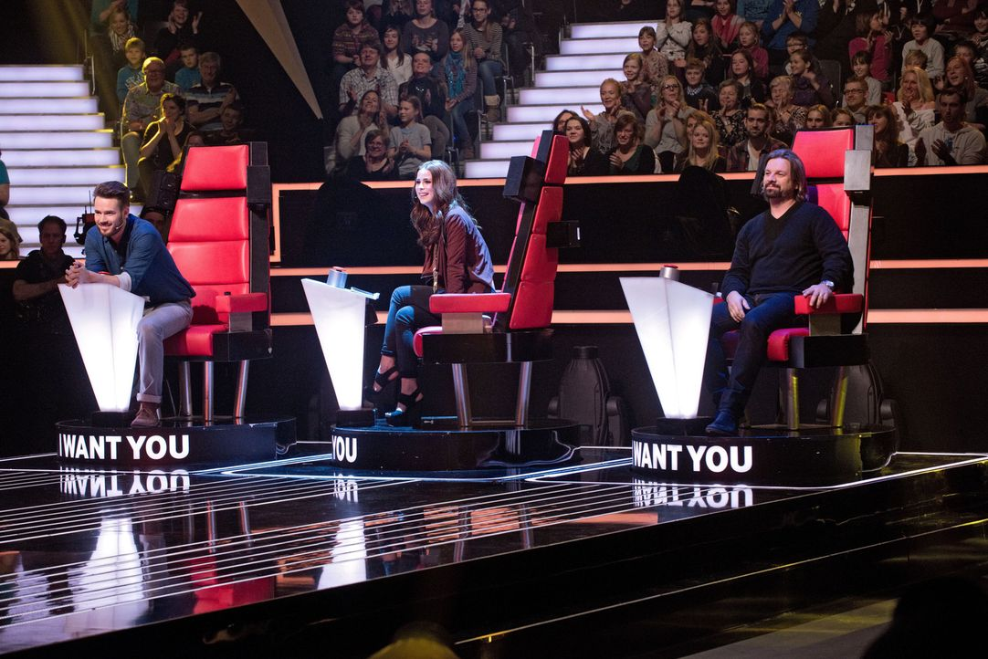 """In vier """"Blind Auditions"""" präsentieren sich die jungen Sängerinnen und Sänger den drei Coaches: Henning Wehland (r.), Lena Meyer-Landrut (M.) und Jo... - Bildquelle: Claudius Pflug SAT.1"""