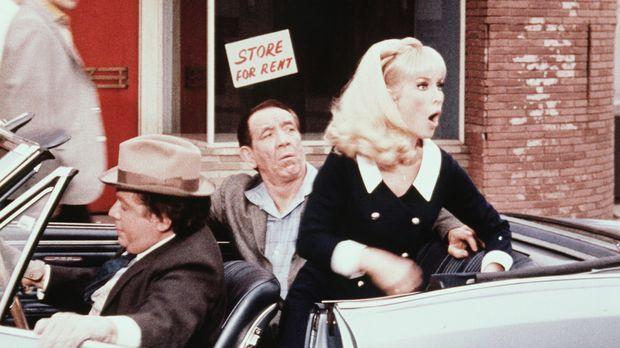 Zwei Ganoven bitten Jeannie (Barbara Eden, r.), Geld von der Bank zu holen, d...