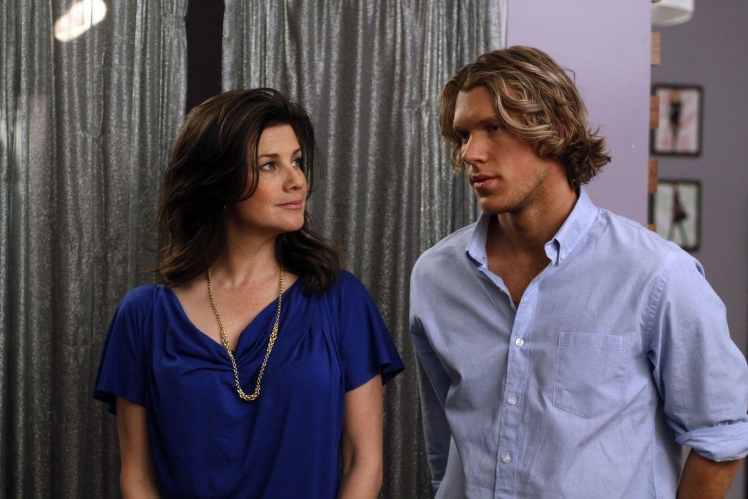 Victoria (Daphne Zuniga, l.) und Alexander (Mitch Ryan, r.) wollen nicht nur beruflich enger zusammenarbeiten ... - Bildquelle: Warner Bros. Pictures