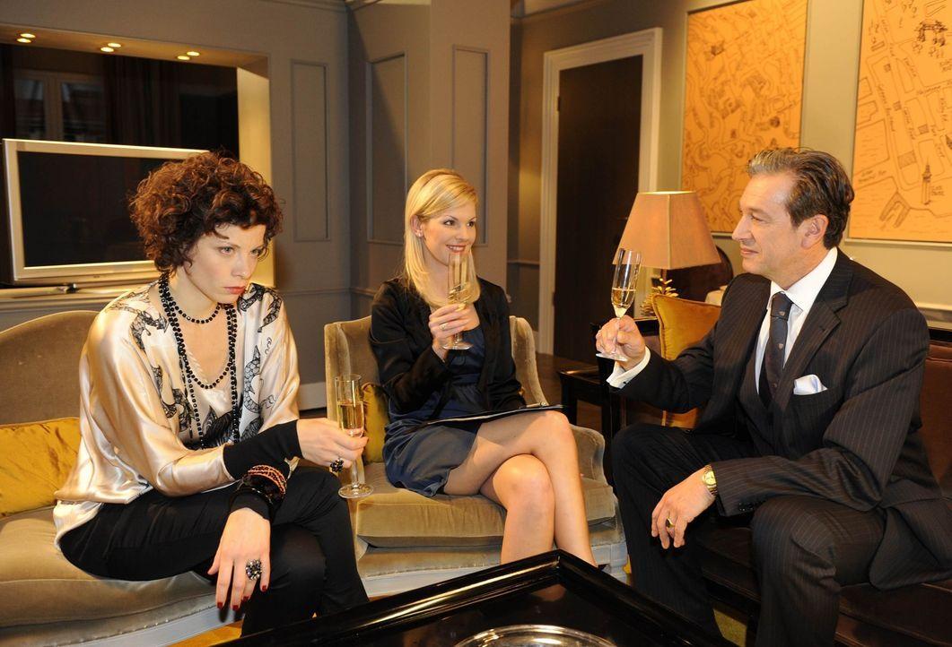 Alexandra (Ivonne Schönherr, M.) steht vor Julius (Günter Barton, r.) loyal zu Marks Charity-Idee, obwohl sie weiß, dass sie Emily (Anna Schäfer... - Bildquelle: SAT.1