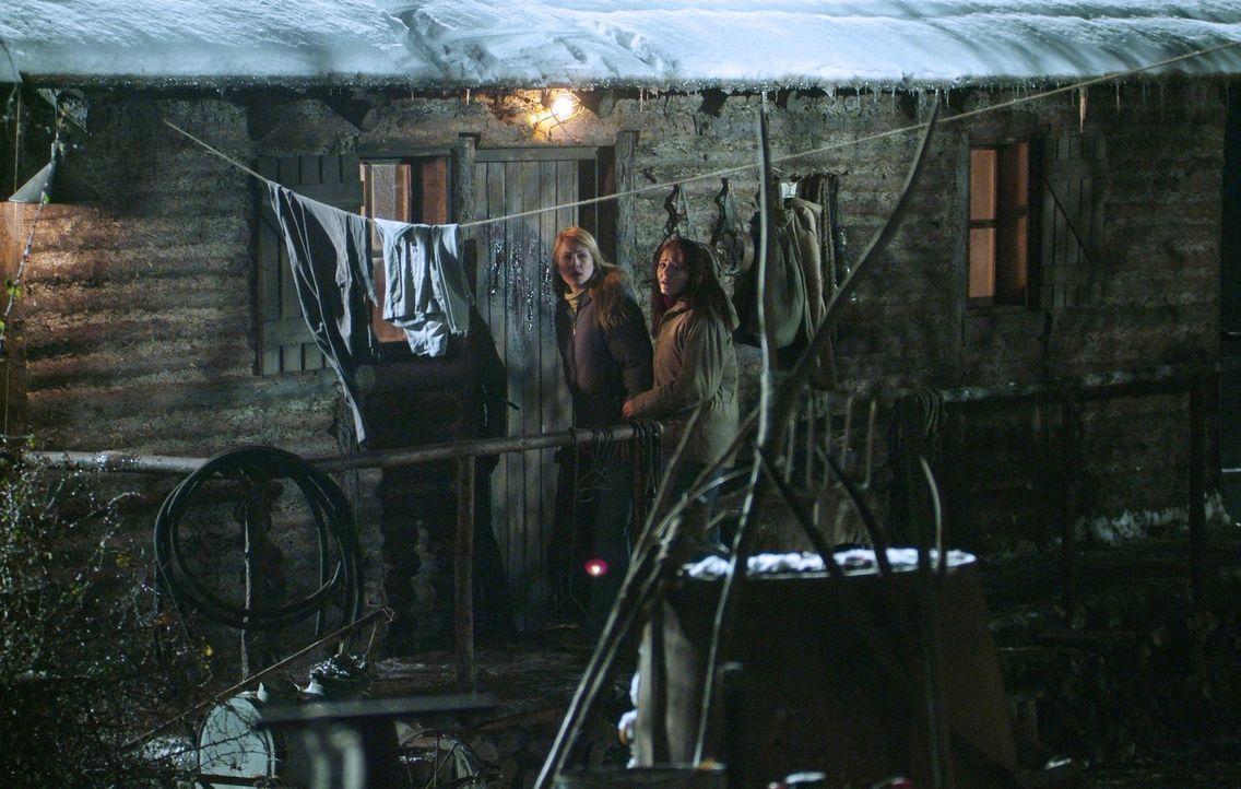 Als Emma spurlos verschwindet, machen sich Karen (Lori Heuring, l.) und Sarah (Scout Taylor-Compton, r.) auf die Suche. Sie landen bei dem Einsiedle... - Bildquelle: Nu Image Films