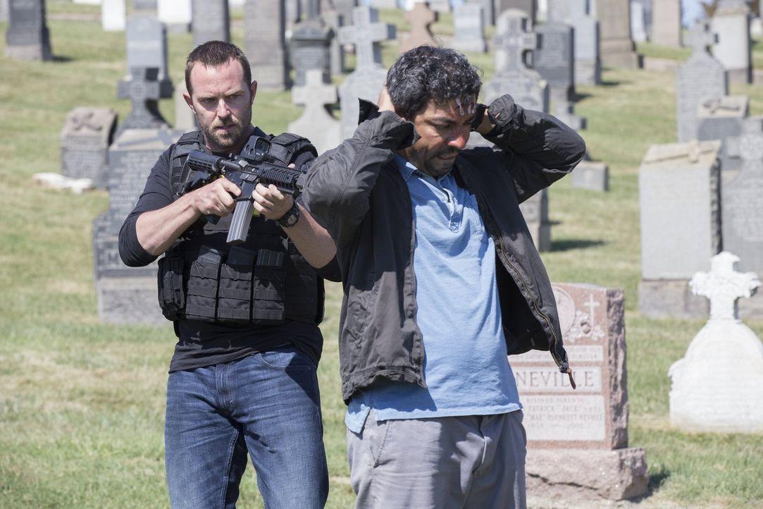 Es gelingt dem FBI-Agenten Weller (Sullivan Stapleton, l.) den Terroristen Dodi (Ayman Samman, r.) zu schnappen, doch als er ihn abführen will, stel... - Bildquelle: Warner Brothers