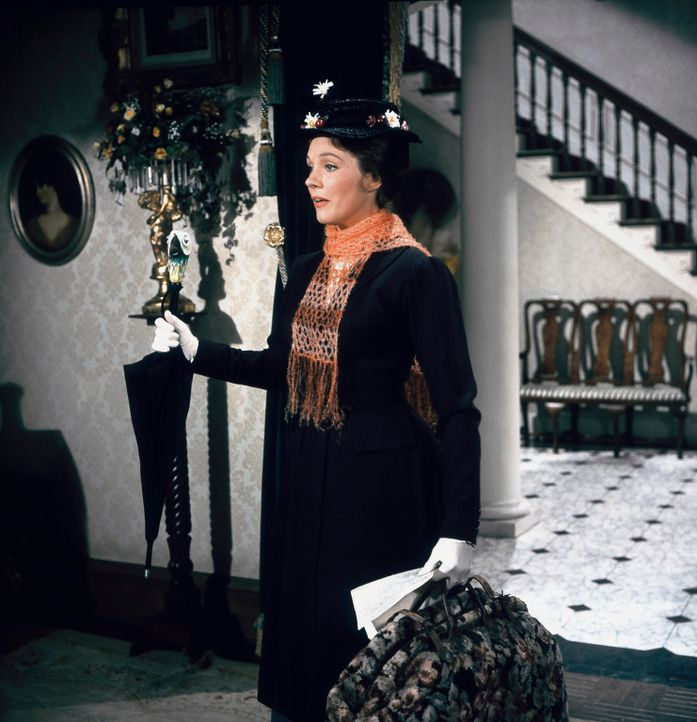 Versucht, bei Familie Banks die Griesgrämigkeit aus dem Haus zu vertreiben: Kindermädchen Mary Poppins (Julie Andrews) ... - Bildquelle: Walt Disney Company. All Rights Reserved.