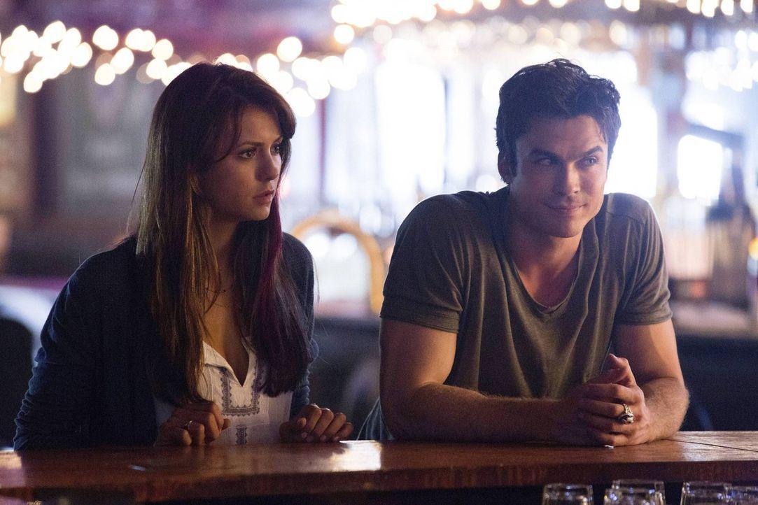 Kann Elena (Nina Dobrev, l.) Damon (Ian Somerhalder, r.) davon überzeugen, sich auf die Suche nach seinem Bruder zu machen? - Bildquelle: Warner Brothers