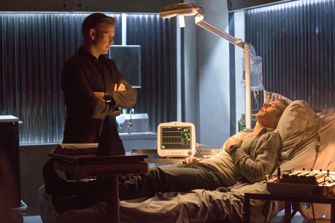 Damon handelt einen Deal mit Cade aus, doch Alaric (Matthew Davis, l.) und Matt (Zach Roerig, r.) stellen sich ihm in den Weg und plötzlich hängt St... - Bildquelle: Warner Bros. Entertainment, Inc.