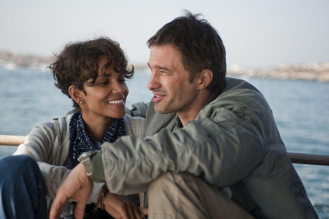 Noch genießen Kate (Halle Berry, l.) und Jeff (Olivier Martinez, r.) ihre gemeinsame Zeit ... - Bildquelle: Magnet Media Group USA; MMP Dark Tide UK; Film Afrika Worldwide (Pty) Limited South Africa