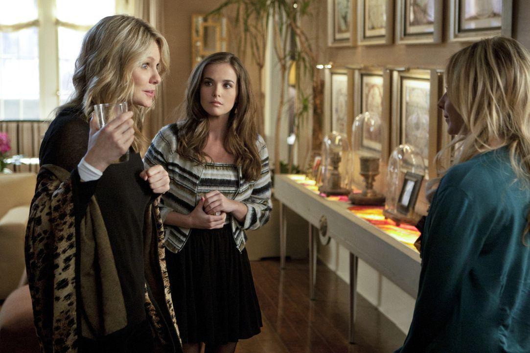 Nach dem Selbstmordversuch ihrer Mutter Catherine (Andrea Roth , l.) setzt sich Juliet (Zoey Deutch, M.) dafür ein, dass sie einige Zeit im Haus ih... - Bildquelle: 2011 THE CW NETWORK, LLC. ALL RIGHTS RESERVED