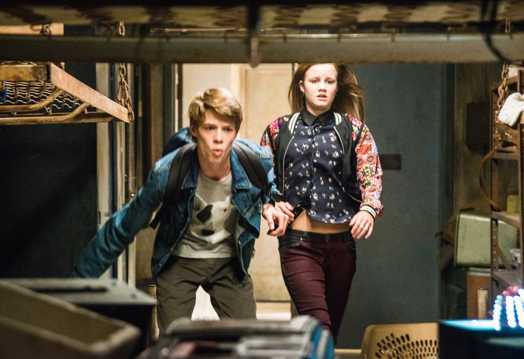 Begeben sich auf die Suche nach dem Ei, das Melanie und Junior versteckt haben: Joe (Colin Ford, l.) und Norrie (Mackenzie Lintz, r.) ... - Bildquelle: 2014 CBS Broadcasting Inc. All Rights Reserved.