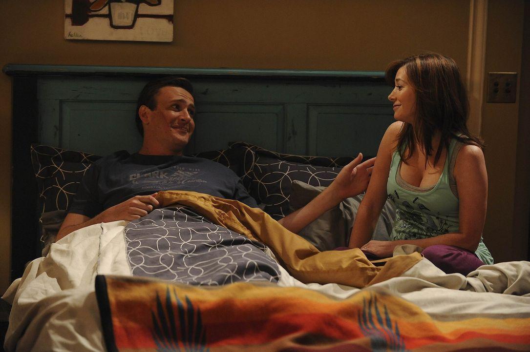 Während Barney und Robin vorgeben nur gute Freunde zu sein, kann es Lily (Alyson Hannigan, r.) nicht fassen und plant mit Marshall (Jason Segel, l.... - Bildquelle: 20th Century Fox International Television