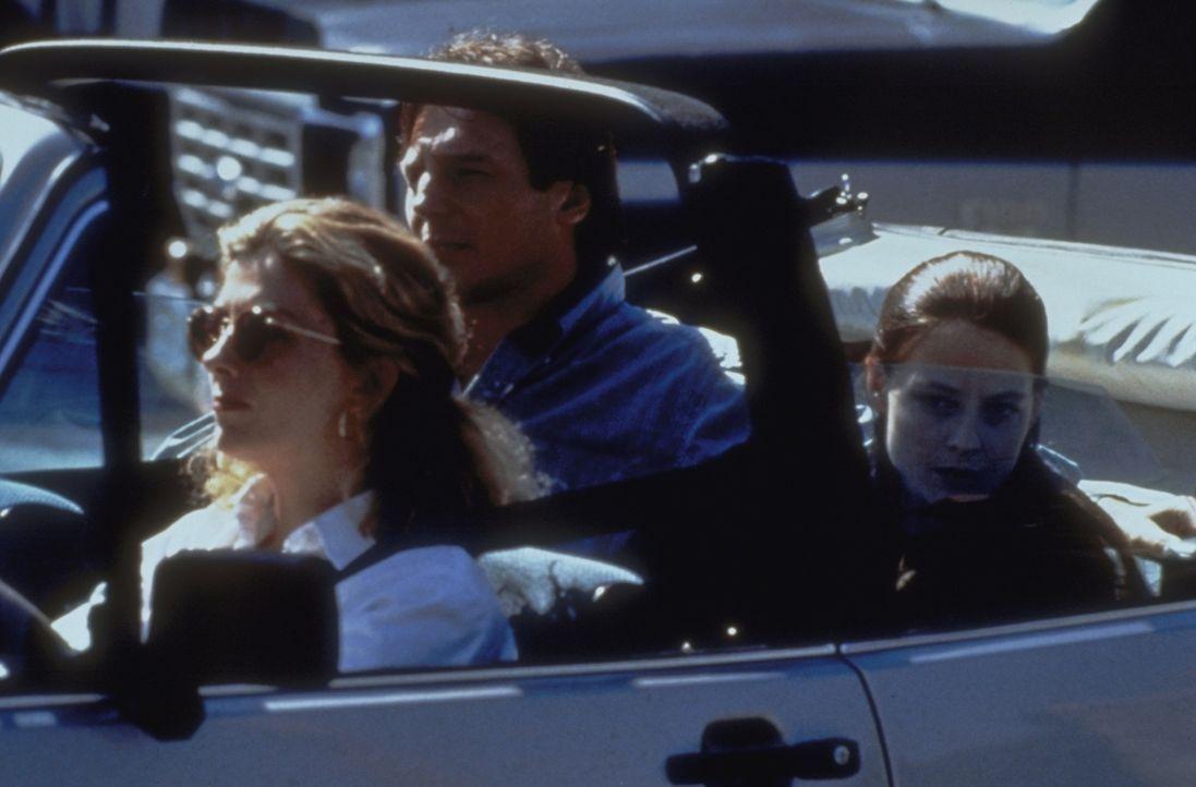 Als die Presse anrückt, fliehen Paula (Richardson Natasha, l.) und Jerome (Liam Neeson, M.) mit Nell (Jodie Foster, r.) in die Klinik. Doch der pl - Bildquelle: 1994 TWENTIETH CENTURY FOX FILM CORPORATION All Rights Reserved.