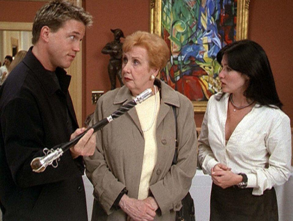 Jack Sheridan (Lochlyn Munro, l.) will Betty (Pamela Kosh, M.) den Zauberstab abkaufen. Das gefällt Prue (Shannen Doherty, r.) aber überhaupt nich... - Bildquelle: Paramount Pictures