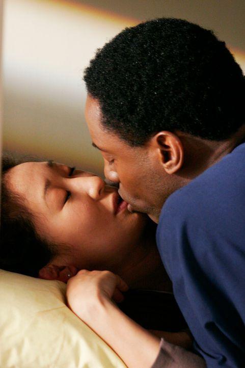 Nachdem Cristina (Sandra Oh, l.) Burkes (Isaiah Washington, r.) Stolz verletzt hat, gibt es eine süße Versöhnung ... - Bildquelle: Touchstone Television
