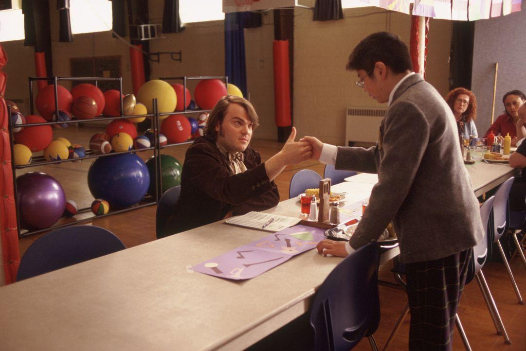 Schon bald gelingt es Dewey (Jack Black, l.), Lawrence (Robert Tsai, r.) für die Band zu gewinnen ... - Bildquelle: Paramount Pictures