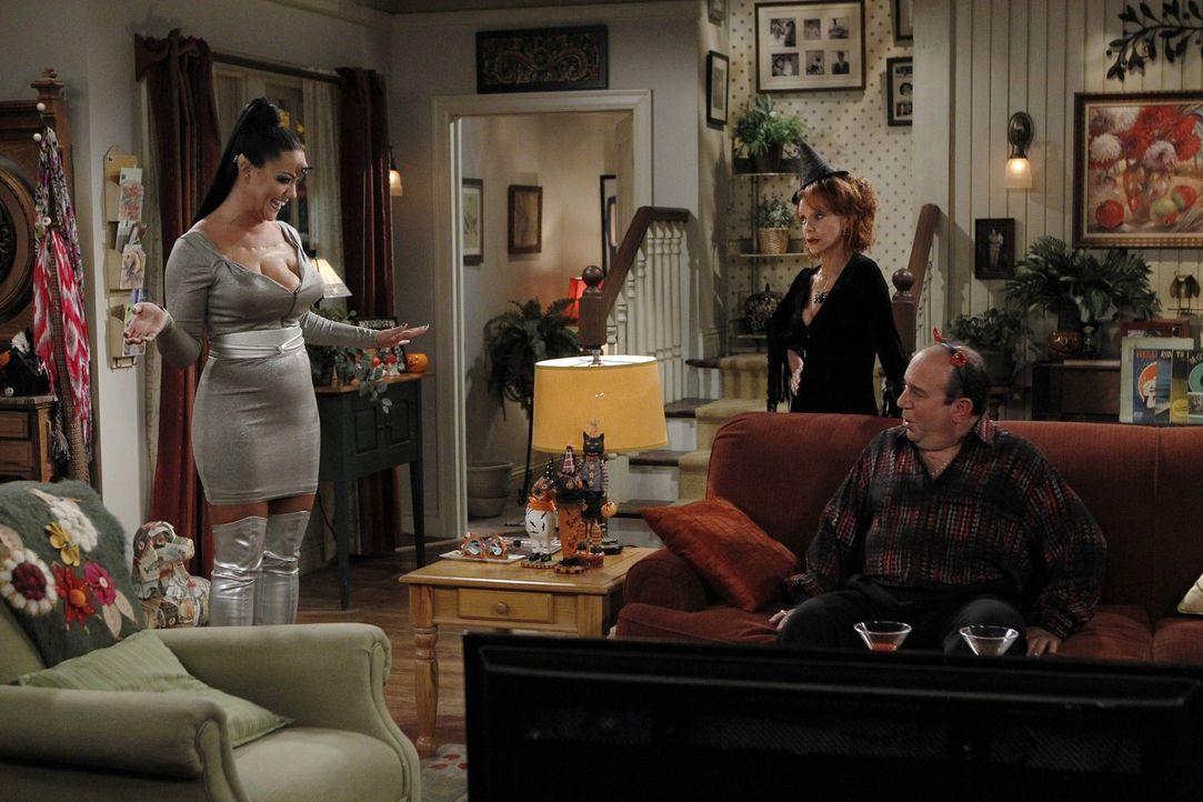 Haben ihre eigene Halloweenparty: Victoria (Katy Mixon, l.), Vince (Louis Mustillo, M.) und Joyce (Swoosie Kurtz, r.) ... - Bildquelle: Warner Brothers