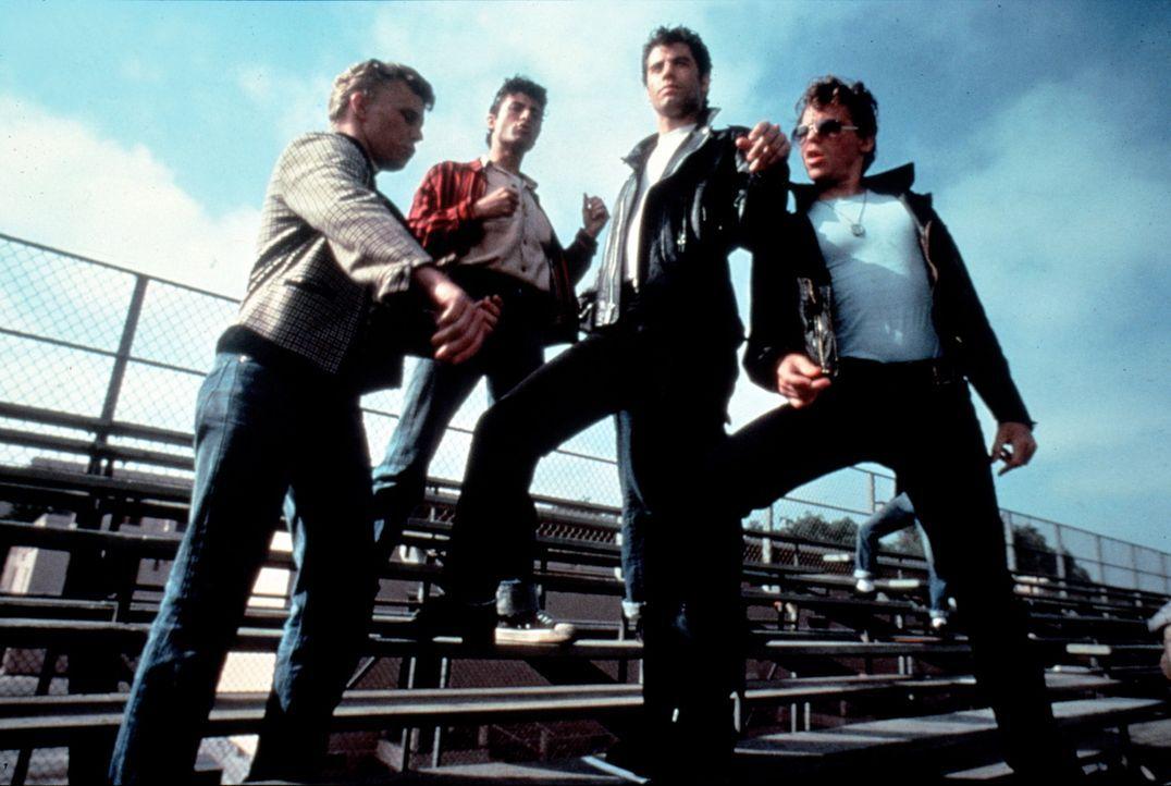 An der Rydell High School ist Danny (John Travolta, 2.v.r.) der rebellische Anführer der T-Birds ... - Bildquelle: Paramount Pictures