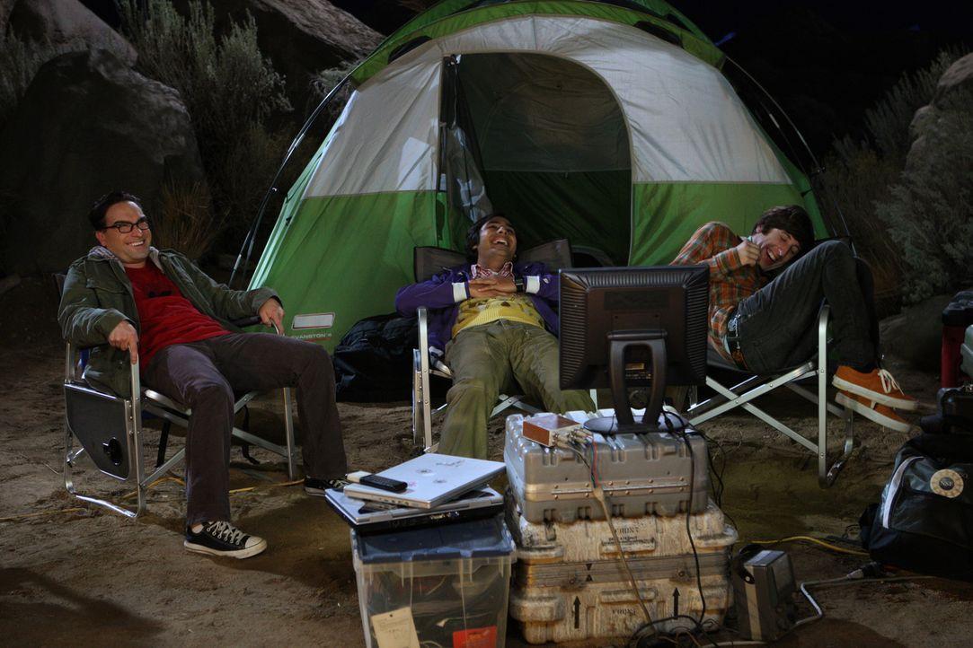 Howard (Simon Helberg, r.), Raj (Kunal Nayyar, M.) und Leonard (Johnny Galecki, l.) gehen zelten, um den Meteorschauer der Leoniden zu beobachten un... - Bildquelle: Warner Bros. Television