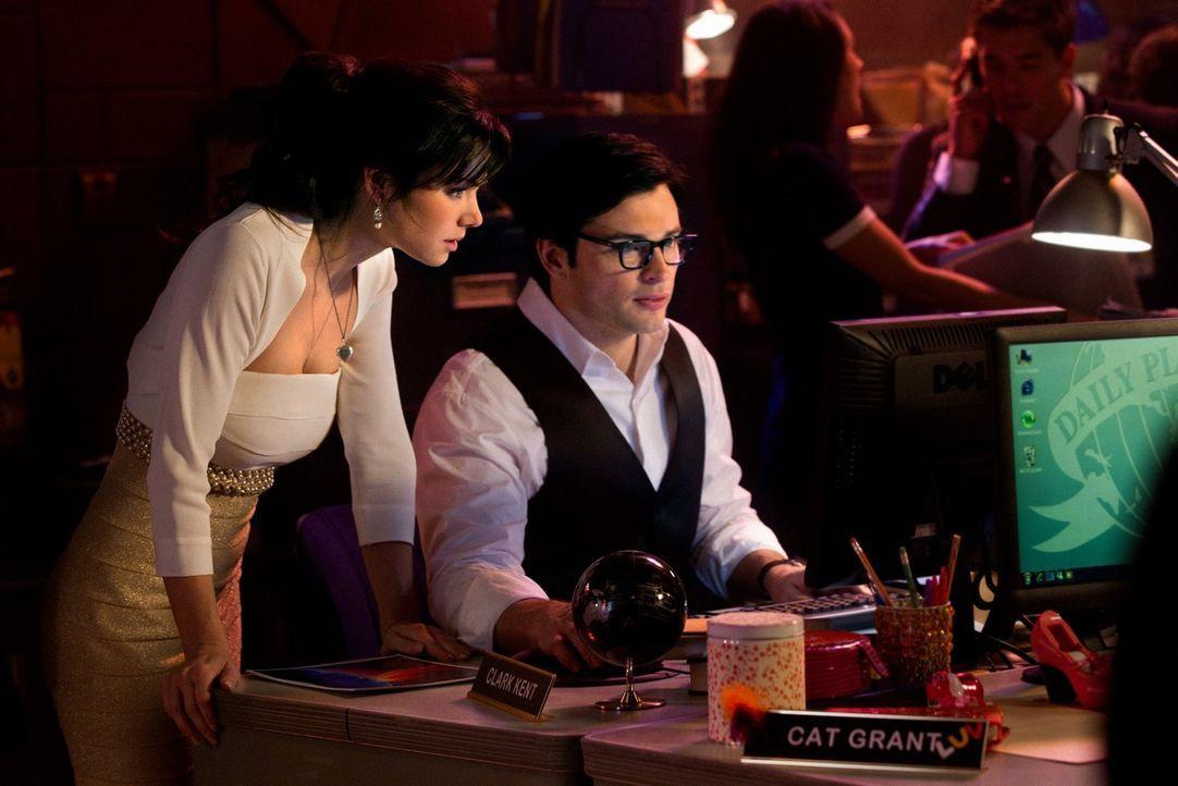 Statt zu heiraten, recherchieren Lois (Erica Durance, l.) und Clark (Tom Welling, r.), wo sich Darkside befindet. Dieser lässt einen Planetenauf die... - Bildquelle: Warner Bros.