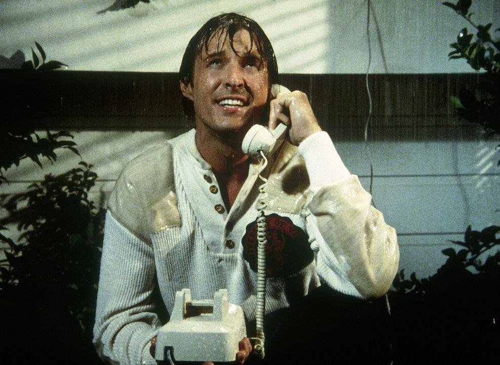 Im strömenden Regen telefonieren: Lee (Bruce Boxleitner) ... - Bildquelle: CBS Television