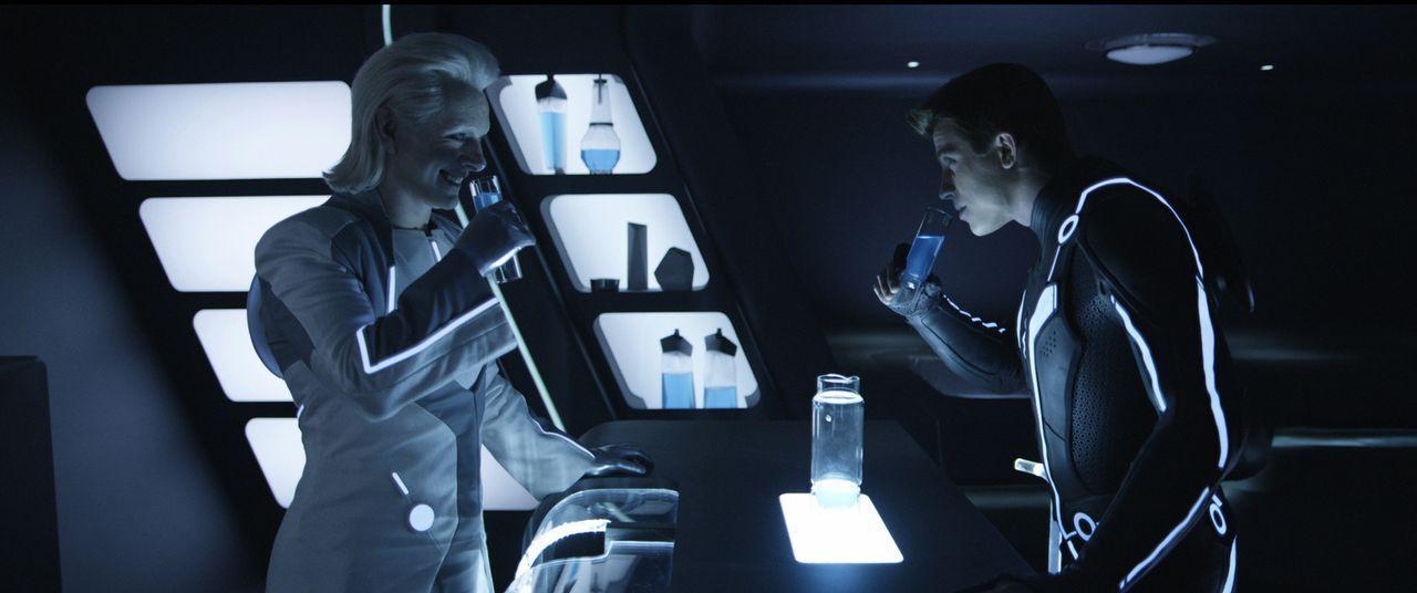 Als Sam Flynn (Garrett Hedlund, r.) auf  Castor (Michael Sheen, l.) trifft, glaubt er sich schon am Ziel seiner Reise, aber so einfach wird es Clu i... - Bildquelle: Disney Enterprises, Inc.  All rights reserved