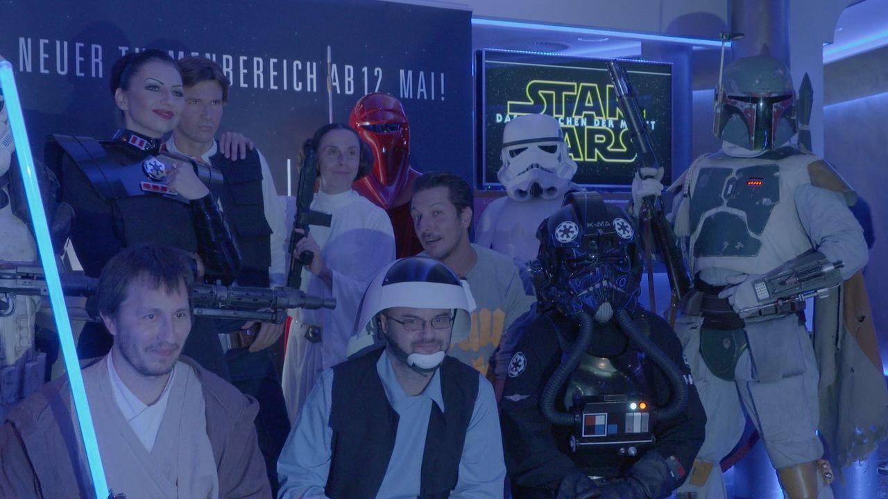 """Millionen Fans haben darauf gewartet: Der neue """"Star Wars""""-Film """"Die dunkle Macht"""" startet weltweit in den Kinos. Thilo Mischke (4.v.r.) blickt im """"... - Bildquelle: ProSieben"""
