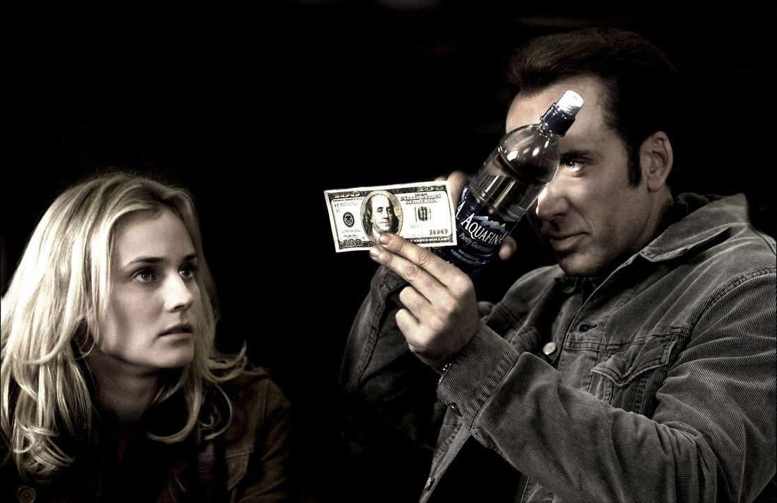 Um den Schatz der Tempelritter zu finden, muss Ben Gates (Nicolas Cage, r.) die Unabhängigkeitserklärung stehlen und ihr Geheimnis entschlüsseln.... - Bildquelle: Buena Vista International.  All Rights Reserved