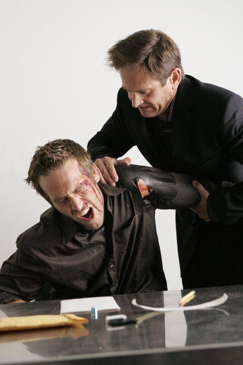 Bei den Dreharbeiten zu Alias: Michael Vartan (l.) und Stuntcoordinator John Medlen (r.). - Bildquelle: Touchstone Television