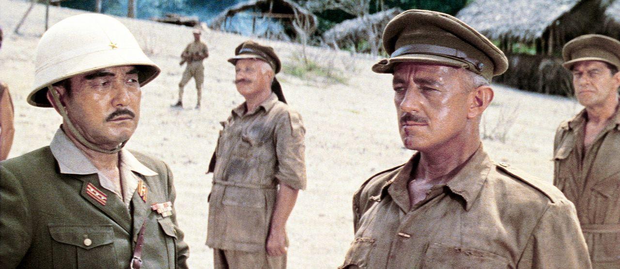Immer wieder kommt es zwischen dem Lagerkommandant Saito (Sessue Hayakawa, l.) und dem sturen Kriegsgefangenen Oberst Nicholson (Alec Guinness, 2.v....