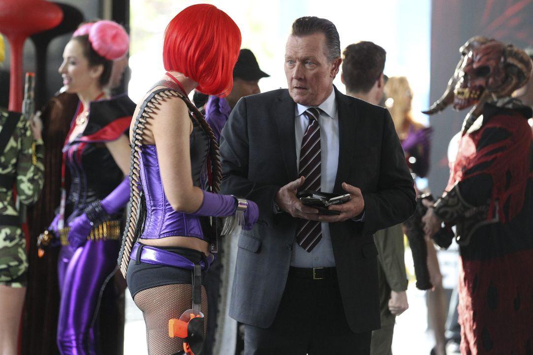 Eine Gamer-Messe ist nicht unbedingt der Ort, an dem sich Cabe (Robert Patrick, r.) am wohlsten fühlt ... - Bildquelle: Sonja Flemming 2014 CBS Broadcasting, Inc. All Rights Reserved