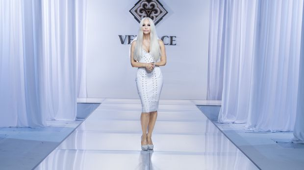 Donatella Versace (Gina Gershon) macht das Label