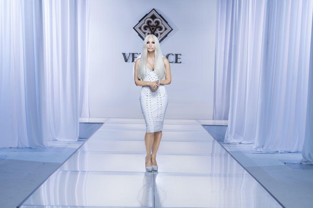 """Donatella Versace (Gina Gershon) macht das Label """"Versace"""" nach dem Tod ihres Bruders, dem Designer des Unternehmens, zu dem, was sie heute ist: ein... - Bildquelle: 2013 Lifetime Entertainment Services, LLC. All rights reserved."""