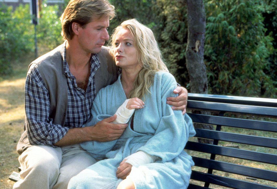 Pauls (Ralf Lindermann, l.) Frau Hanne (Susanne Bentzien, r.) verkraftet die Trennung von ihrem Mann nicht und wird nach einem Selbstmordversuch in... - Bildquelle: Noreen Flynn Sat.1