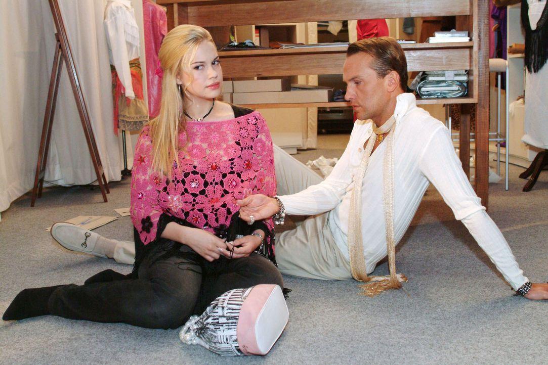 Als Kim (Lara-Isabelle Rentinck, l.) ihr Herz bei Hugo (Hubertus Regout, r.) ausschütten will, findet er seine Inspiration - in ihrer Stola ... - Bildquelle: Sat.1