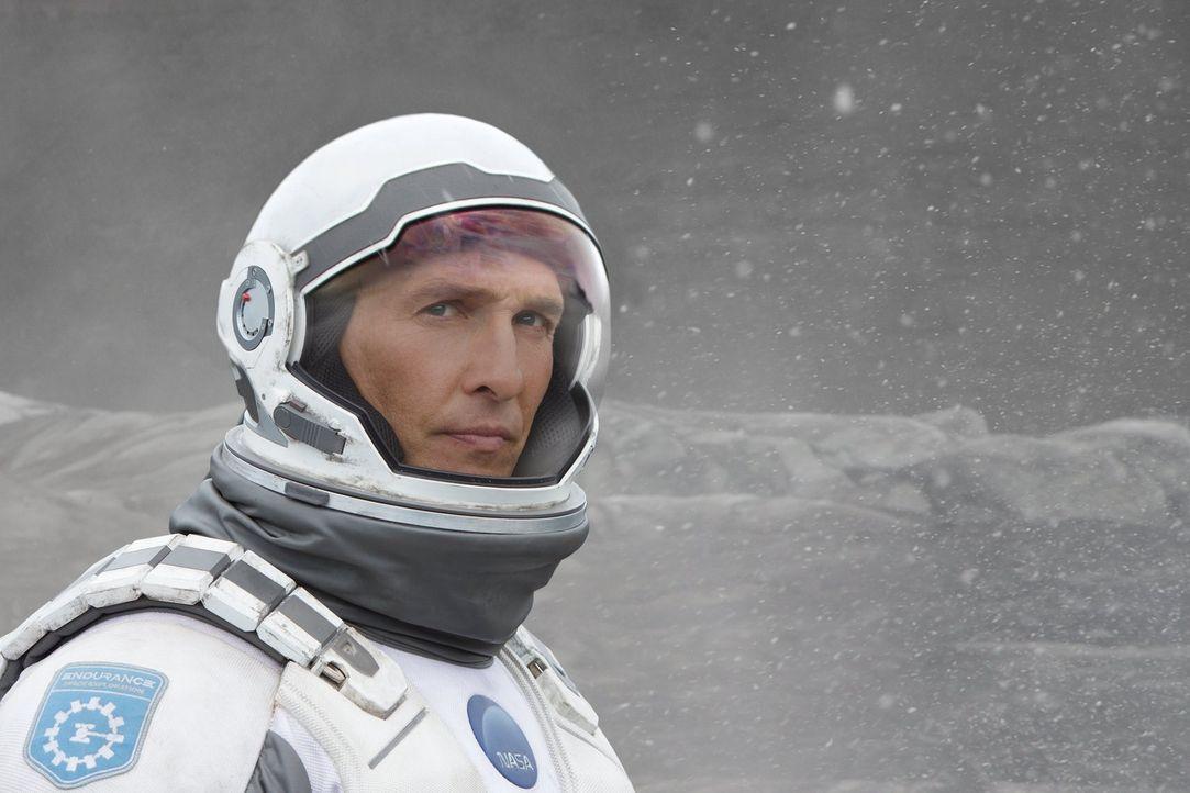 Als sich die Zeit auf der Erde für die Menschheit dem Ende zuneigt, unternimmt der ehemalige NASA-Pilot Cooper (Matthew McConaughey) mit einer Grupp... - Bildquelle: 2014 Warner Bros.