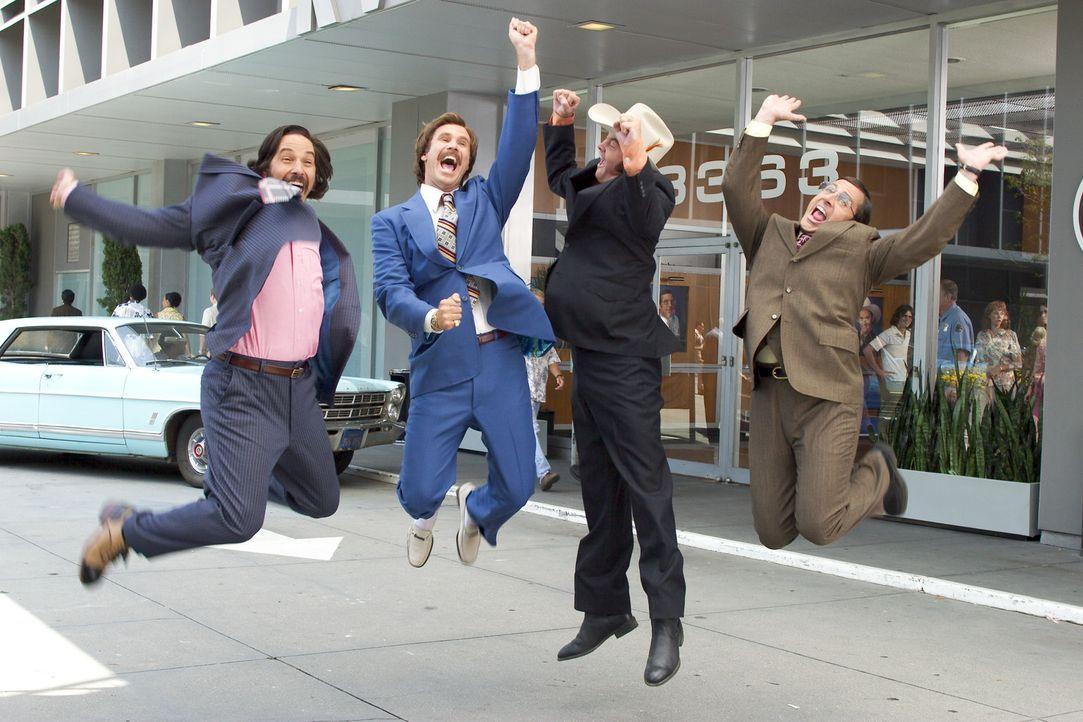 Erfreuen sich in San Diego der höchsten Einschaltquoten: Anchorman Ron Burgundy (Will Ferrell, 2.v.l.) und sein debiles Team, Brian (Paul Rudd, l.)... - Bildquelle: Frank Masi DreamWorks