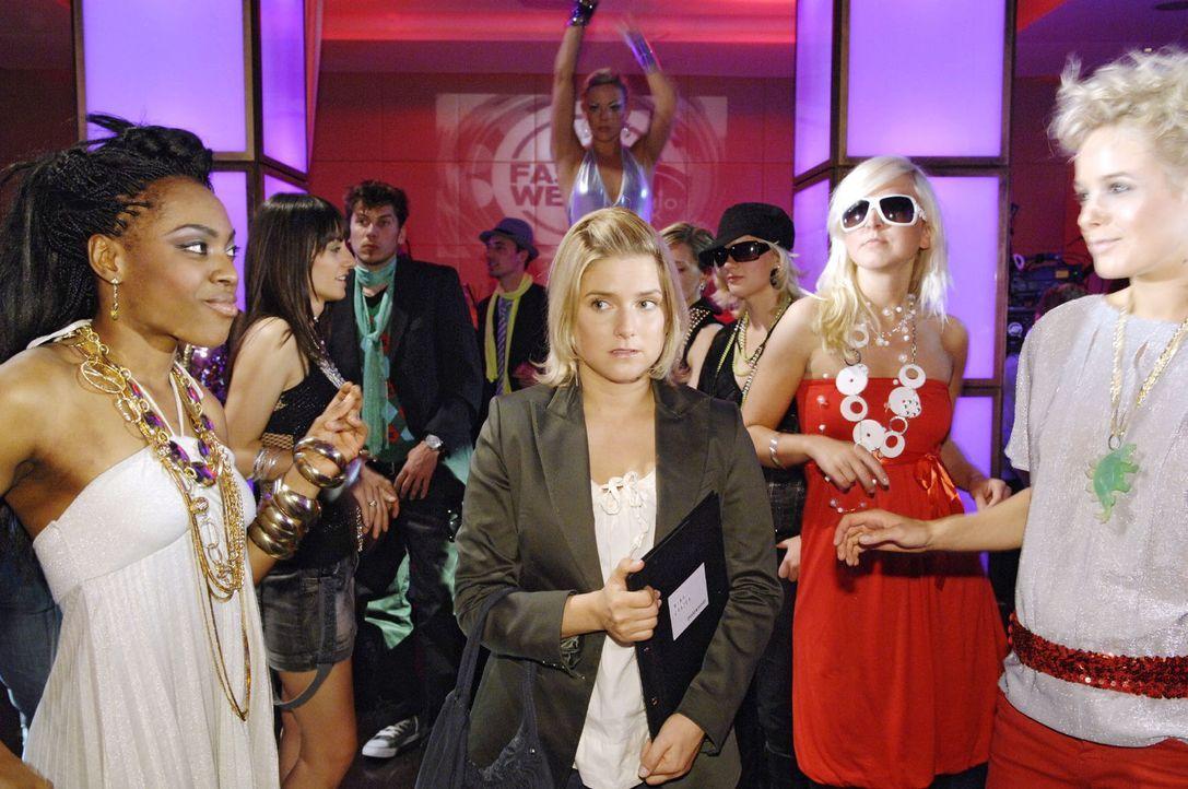 Annas (Jeanette Biedermann, M.) erster Kurierauftrag führt sie zur überfüllten und durchgestylten Fashion-Week ... - Bildquelle: Claudius Pflug Sat.1