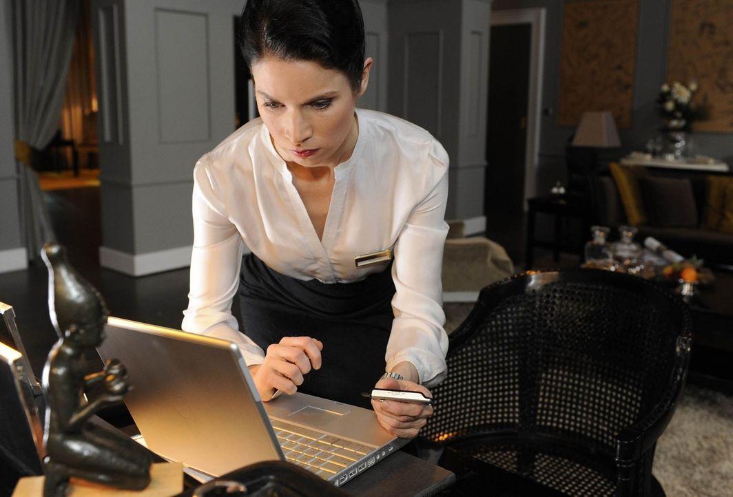Gina (Elisabeth Sutterlüty) gelingt es, Julius' geheime Daten zu entwenden ... - Bildquelle: SAT.1