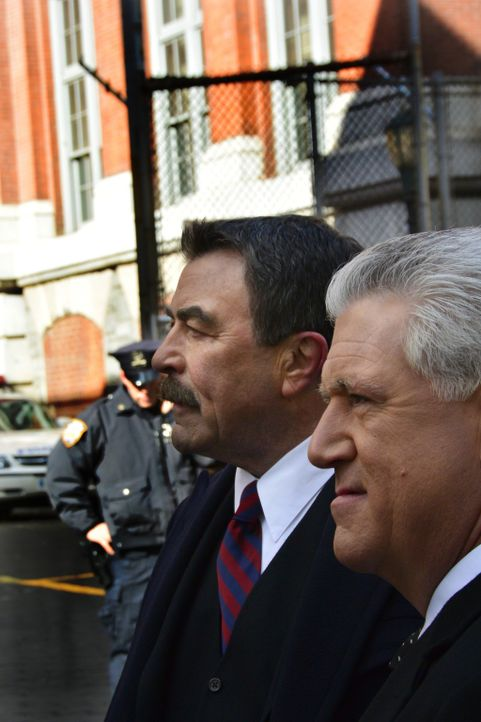 Frank (Tom Selleck, l.) und Garrett Moore (Gregory Jbara, r.) müssen die Wogen glätten, nachdem ein Verbrecher in der Untersuchungshaft durch die Ha... - Bildquelle: 2013 CBS Broadcasting Inc. All Rights Reserved.