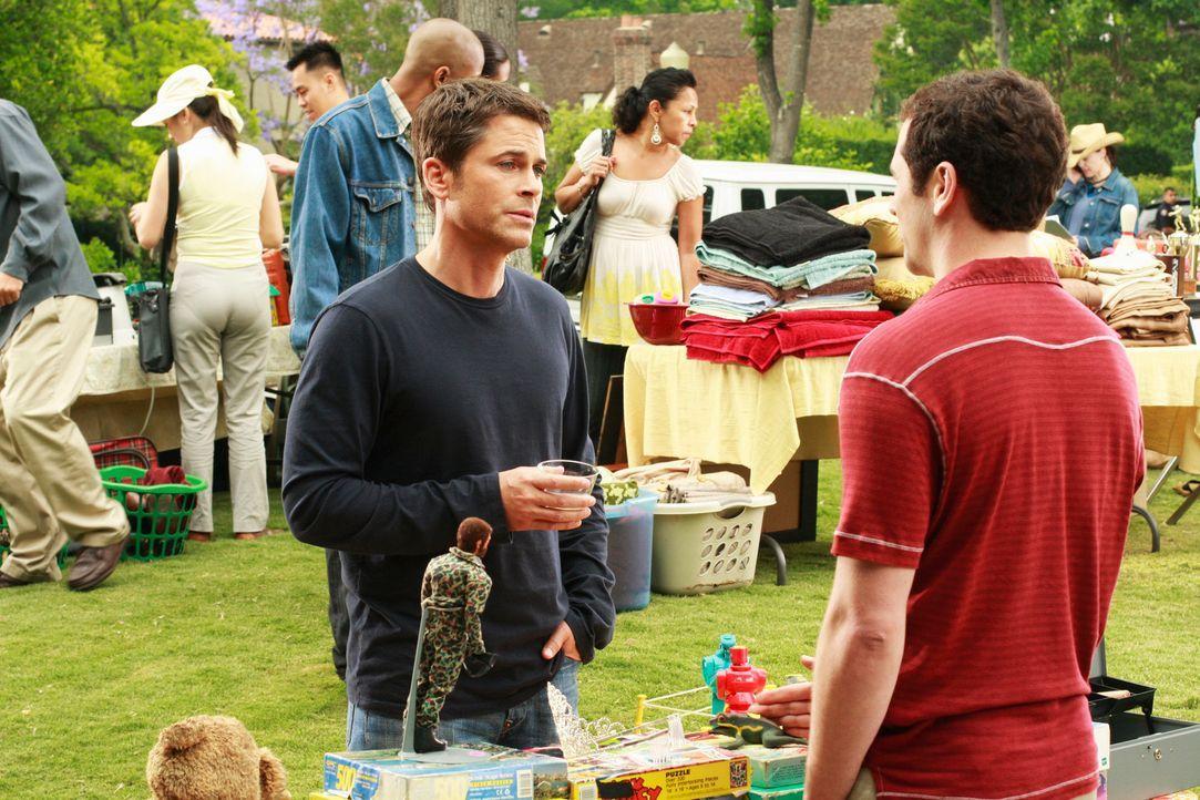Robert (Rob Lowe, l.) bietet Kevin (Matthew Rhys, r.) den Posten des Pressesprechers an, doch der reagiert zunächst ablehnend. - Bildquelle: 2008 ABC INC.