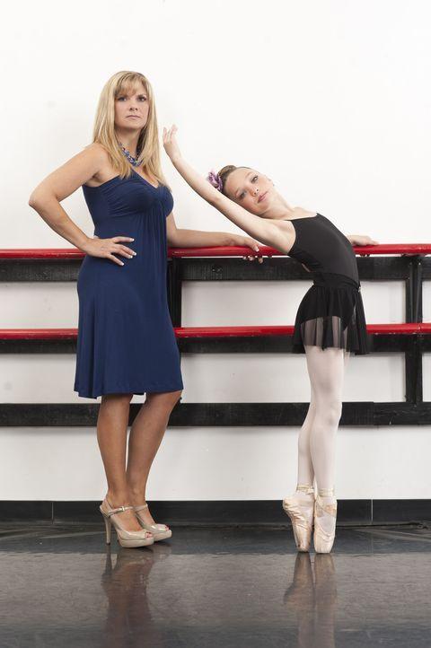 """Maddie (r.) soll bei dem nächsten Wettbewerb ein Solo tanzen, aber in letzter Minute sagt Melissa (l.) """"Nein"""" ... - Bildquelle: Scott Gries 2012 A+E Networks"""