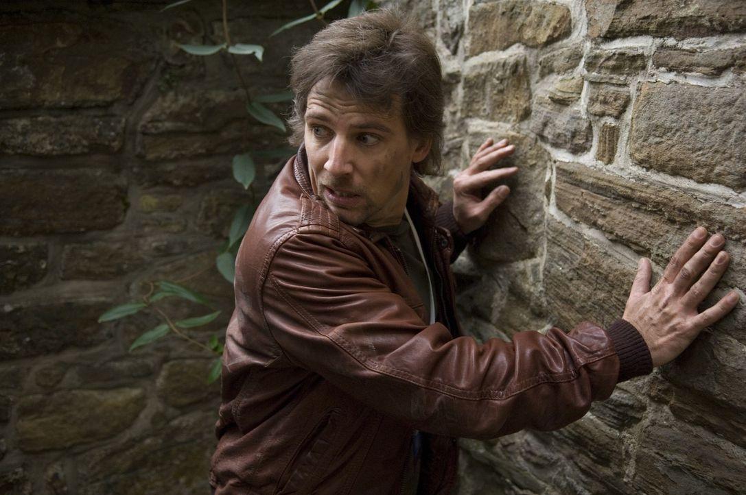 Leon (René Steinke) ist auf der Flucht und versucht gleichzeitig seine Tochter aus den Händen der Entführer zu befreien. - Bildquelle: Martin Menke Sat.1