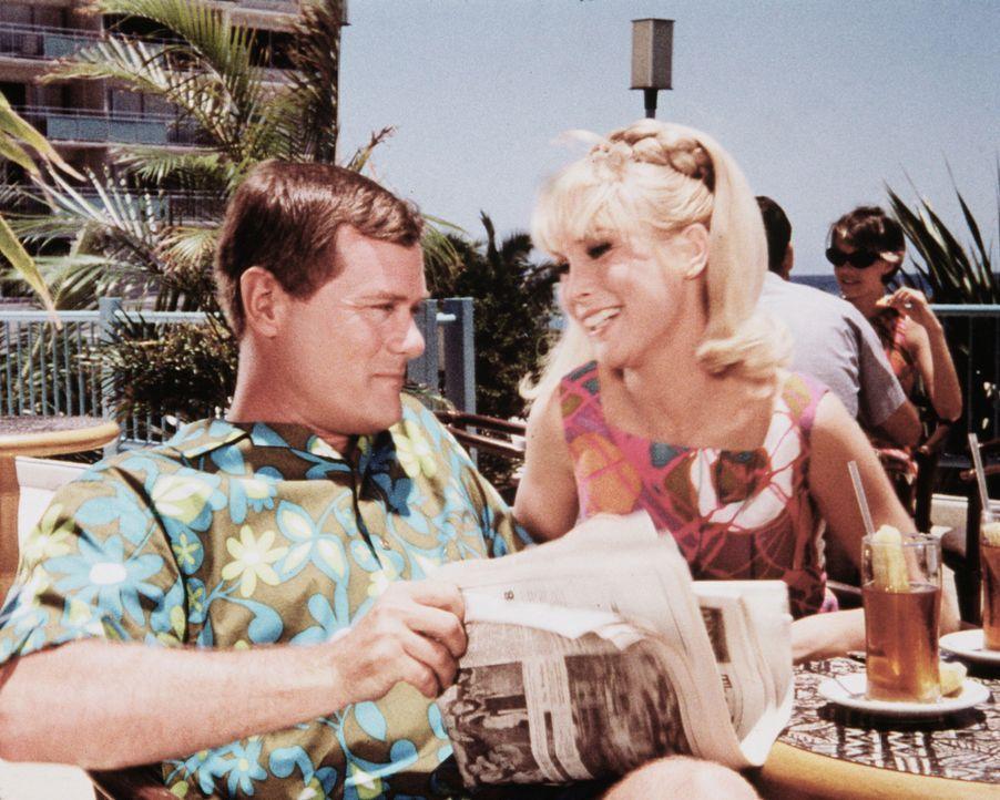 """Jeannie (Barbara Eden, r.) erzählt Tony (Larry Hagman, l.) vom Tausch ihres Skarabäus gegen die """"Diamantenbucht"""". Er weiß sofort, dass sie betrogen... - Bildquelle: Columbia Pictures"""