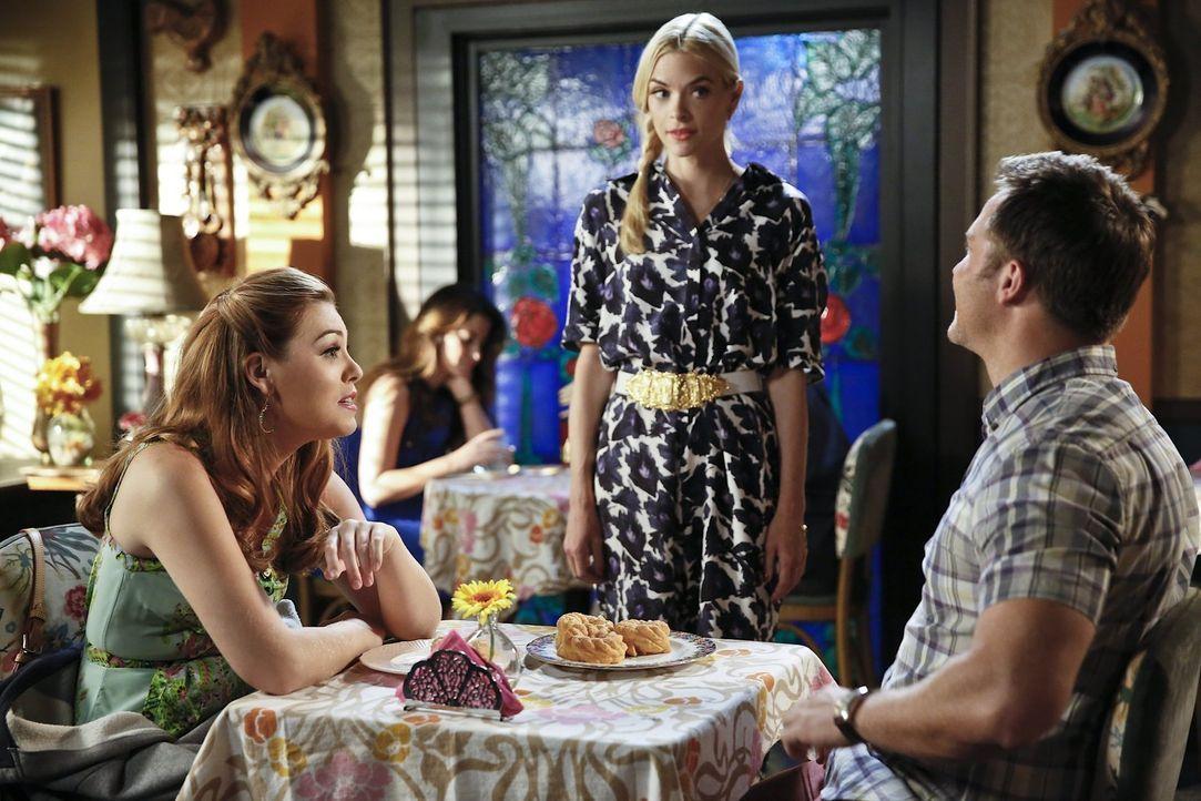 Als Lemon (Jaime King, M.) sieht, wie gut sich AnnaBeth (Kaitlyn Black, l.) und George (Scott Porter, r.) verstehen, kommt ihre eine Idee ... - Bildquelle: 2014 Warner Brothers