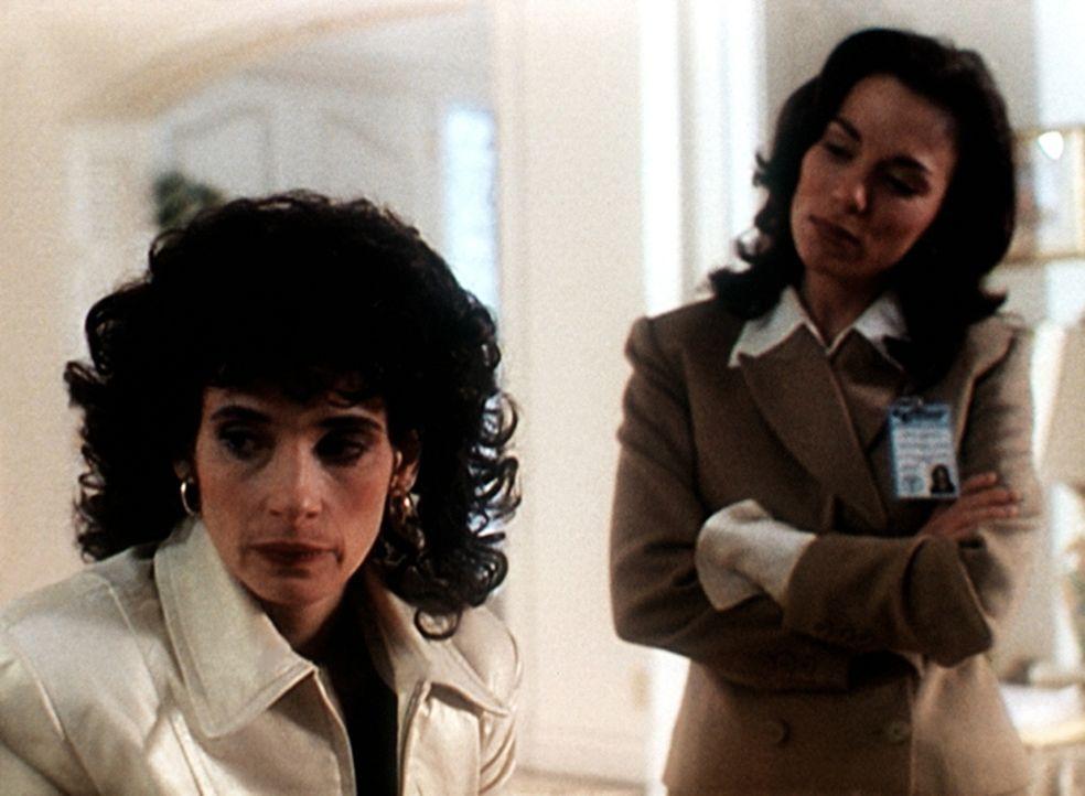 Mary Capshaw (Marta Martin, r.), eine ehemalige Prostituierte, versucht, die Bordellchefin Kirsten Foxx (Theresa Saldana, l.) zu überreden, die Biog... - Bildquelle: Viacom
