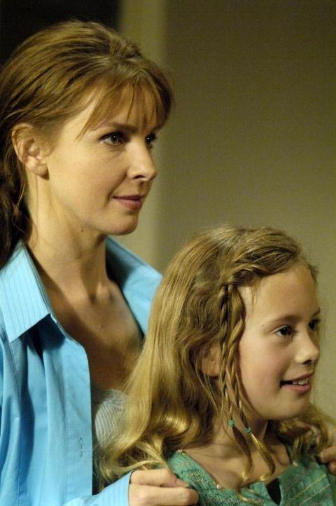 Maia (Conchita Campbell, r.) sagt, Diana (Jacqueline McKenzie, l.) dass sie bald heiraten wird und nämlich den Freund ihrer Schwester. Diana kann un... - Bildquelle: Viacom Productions Inc.