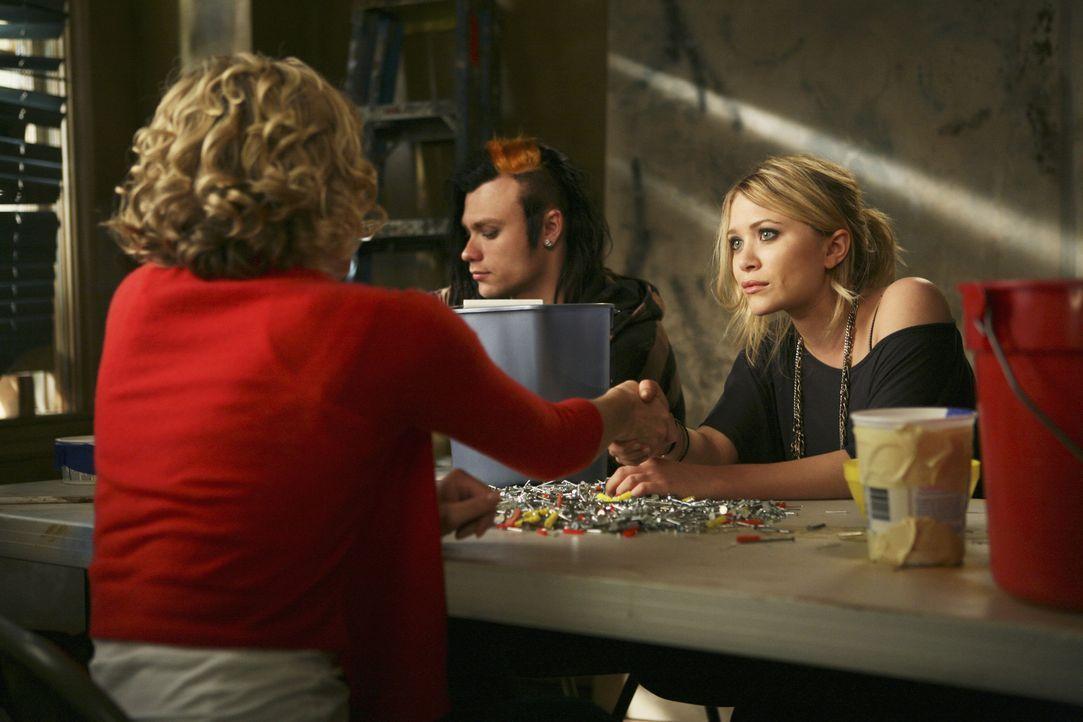 Samantha (Christina Applegate, l.) muss gemeinnützige Arbeit ableisten, dabei trifft sie auf Natalie (Mary-Kate Olsen, r.) und erkennt sofort, dass... - Bildquelle: American Broadcasting Companies, Inc. All rights reserved.